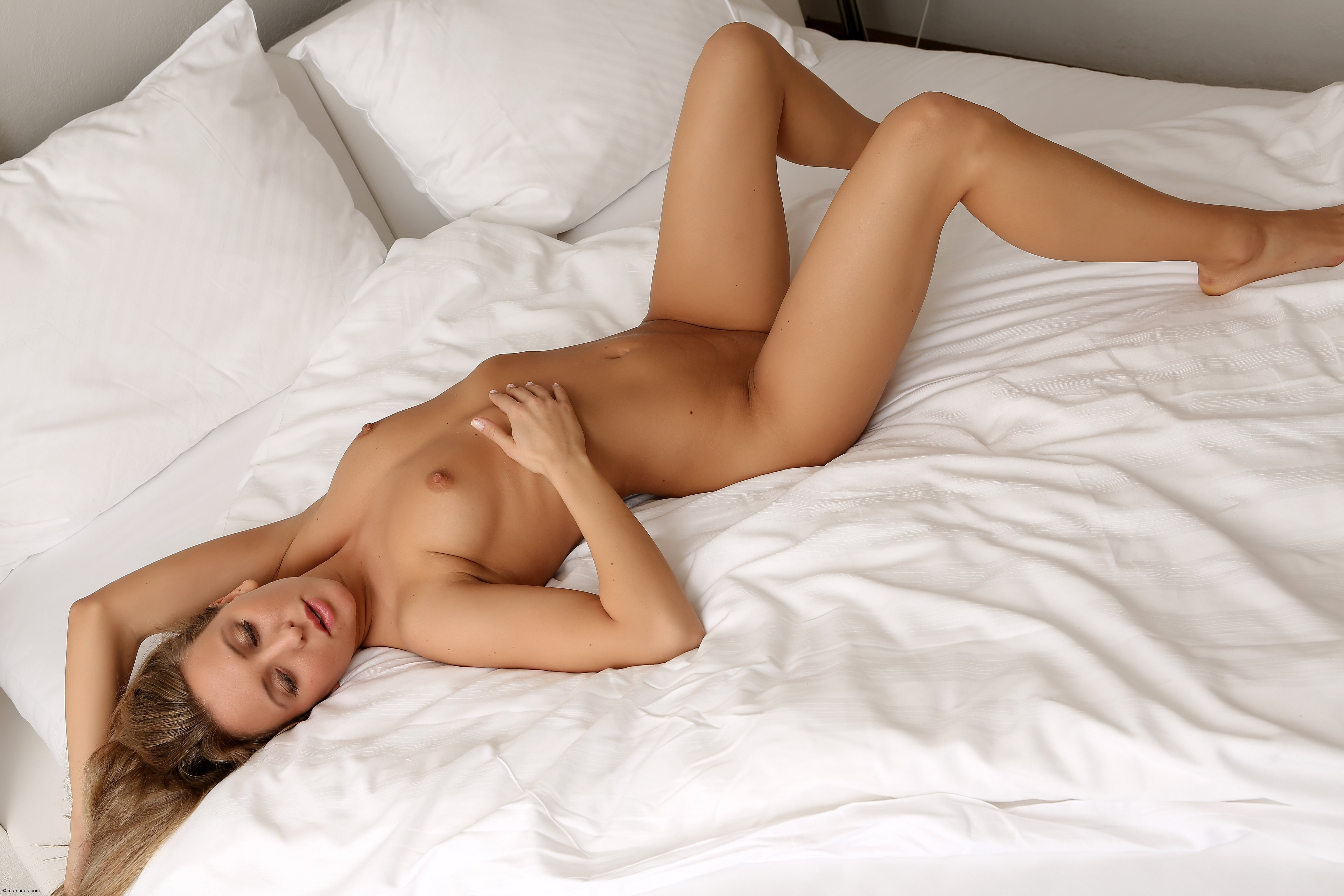 super-hot-girls-naked-in-bed-moaning-naked-pictures-of-hot-housewives