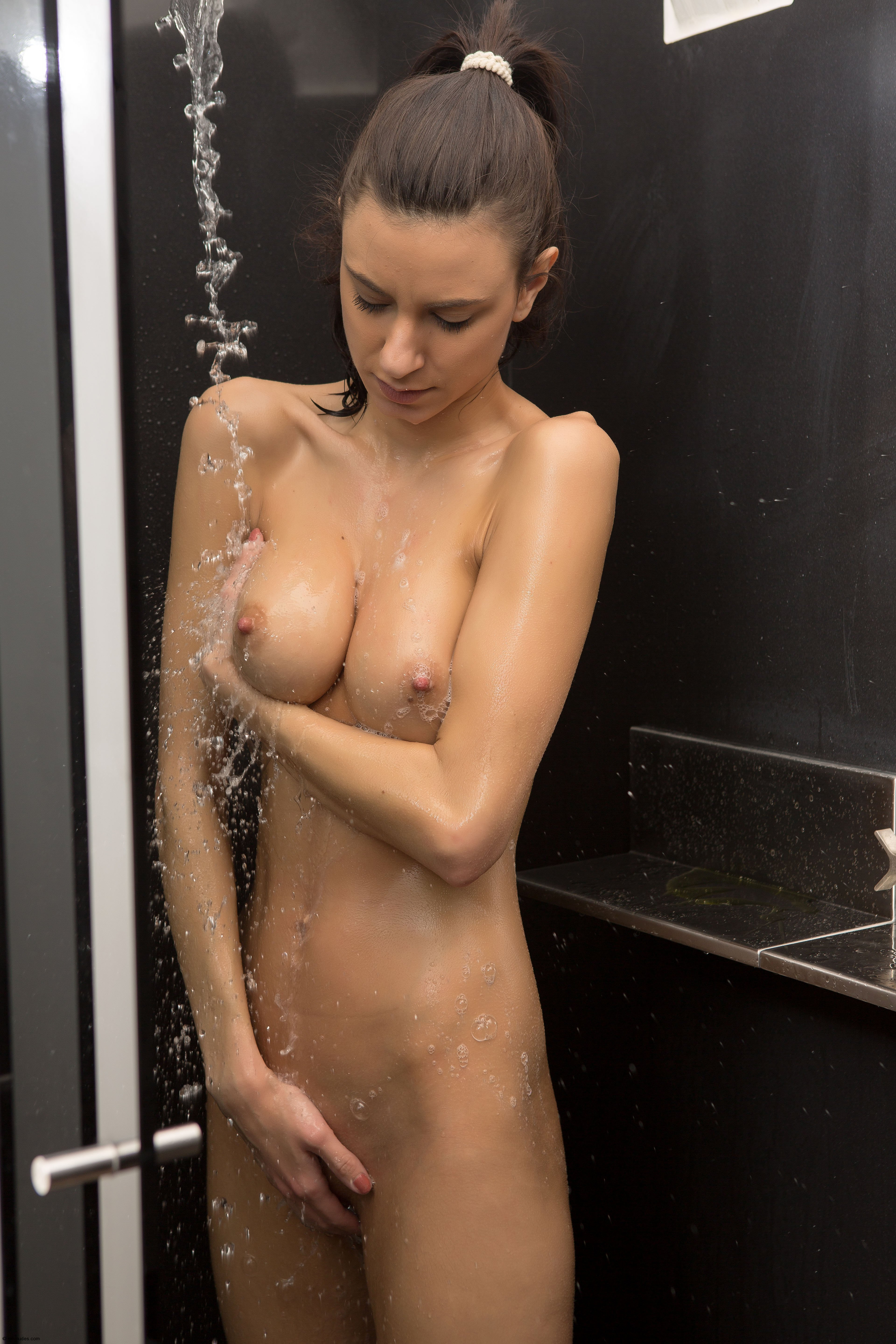 naked-chick-showering