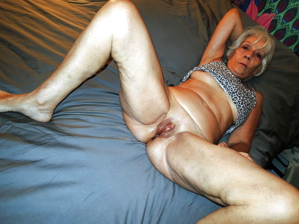 Amatuer milf experimenting with lesbianism