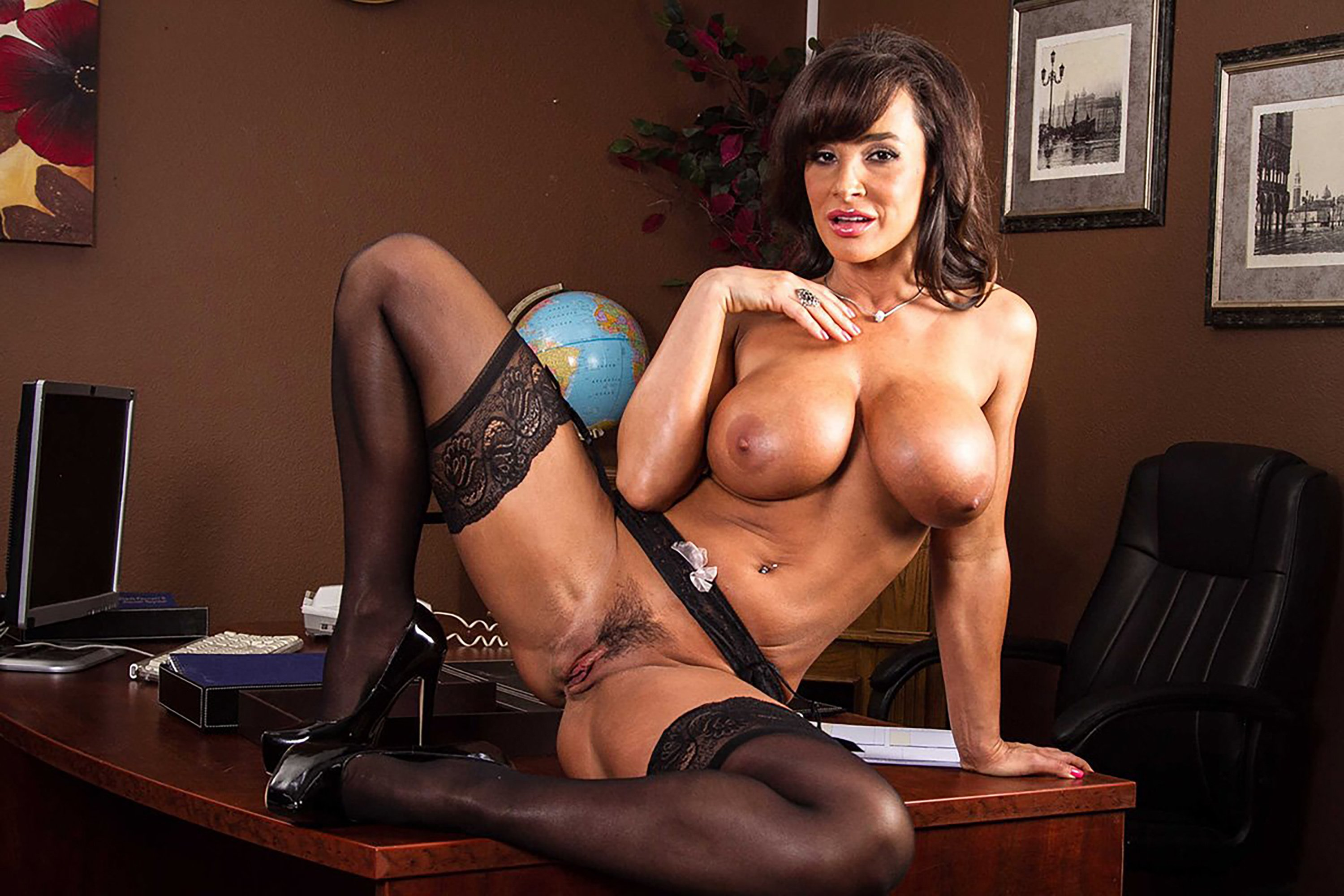 Damn sexy lisa ann gets to shake her fat ass and gets fucked doggystyle